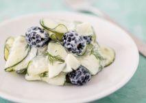 StockFood-salatka-ogorek-jezyny-sos-salatkowy-min