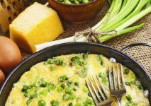 Omlet z serem, szynką i groszkiem