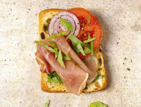 tosty-z-prosciutto-bazylia-i-maslem-ziolowym (2)