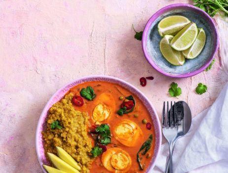 jajko-w-sosie-curry-z-groszkiem-i-dahl-z-soczewica-min (2) (1)