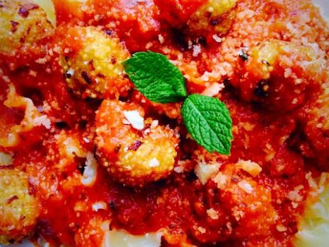 Przepis: Makaron reginette z jaglanymi kuleczkami i sosem pomidoworym