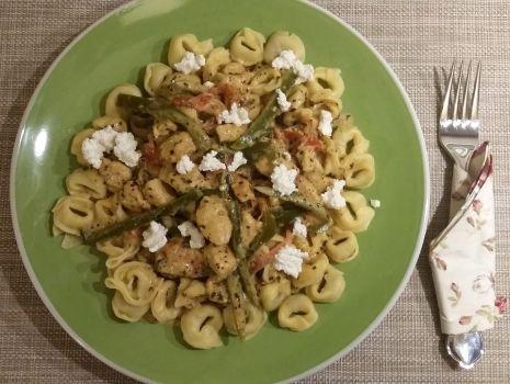 Przepis: Tortellini z serem ricotta i szpinakiem z kurczakiem