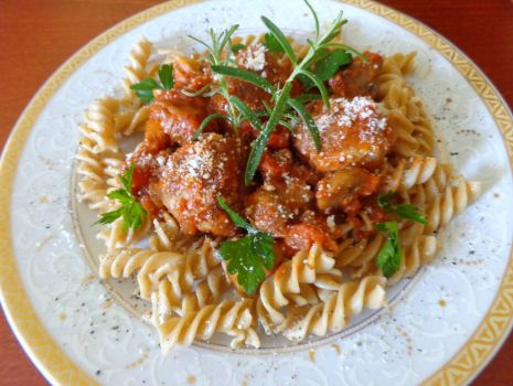 Przepis: Makaronem z klopsikami w sosie pomidorowym