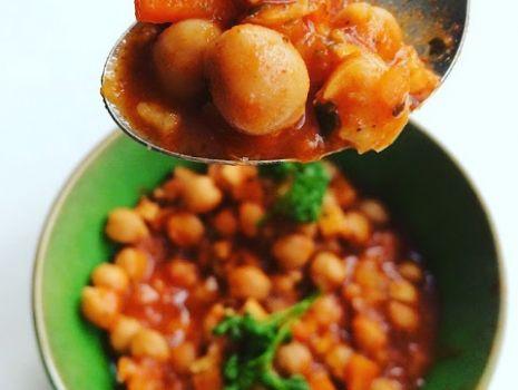 Przepis: Aromatyczna cieciorka z warzywami w wędzonym sosie