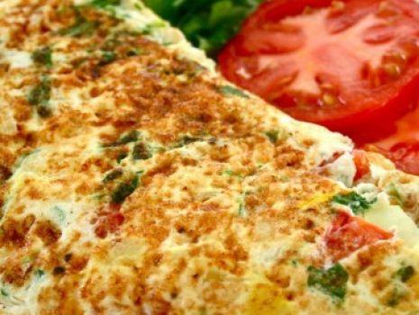 Przepis: Omlet z szynką, cebulką i pieczarkami