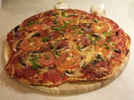 Przepis: Pizza pepperoni z pieczarkami, szczypiorem i curry