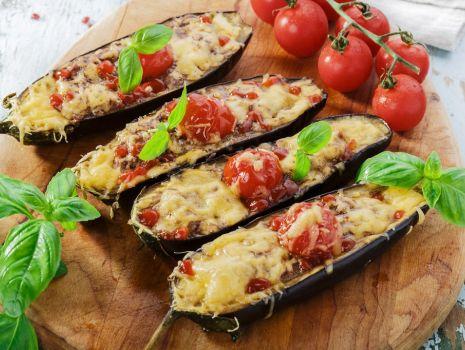 Przepis: Bakłażany faszerowane mięsem z sosem czosnkowo-ziołowym