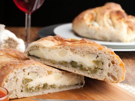 Przepis: Stromboli z serem żółtym i brokułami