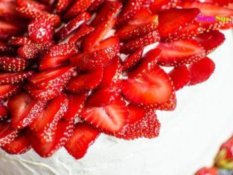 Przepis: PYSZNY MEGA WIELKI TORT TRUSKAWKOWY