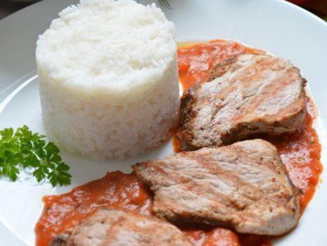Przepis: Grillowana polędwiczka wieprzowa z sosem z pieczonej papryki i pomidorów