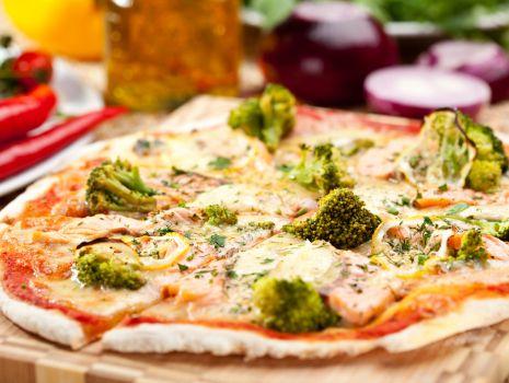 Przepis: Pizza z brokułami i sosem czosnkowym