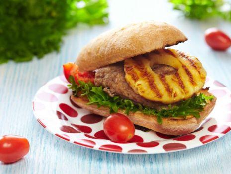 Przepis: Pikantne burgery wieprzowe po hawajsku