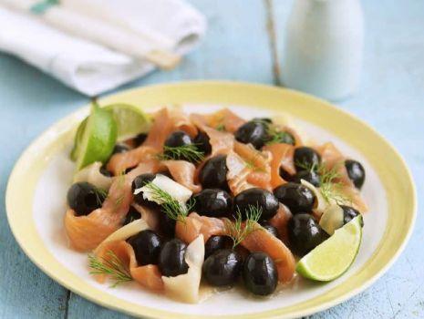Przepis: Hiszpańskie oliwki z wędzonym łososiem i imbirem
