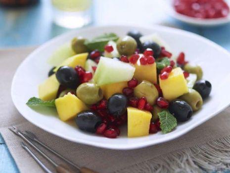 Przepis: Hiszpańskie oliwki z mango, melonem  i granatem