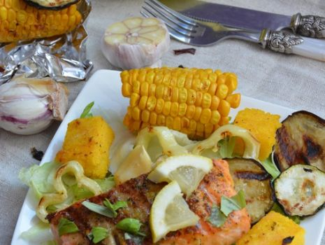 Przepis: Grillowany łosoś z warzywami i polentą