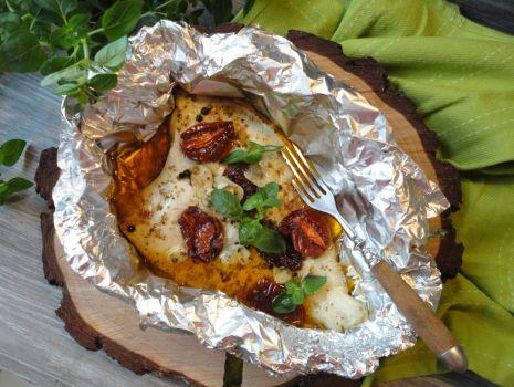 Przepis: Ryba pieczona w foli z suszonymi pomidorami