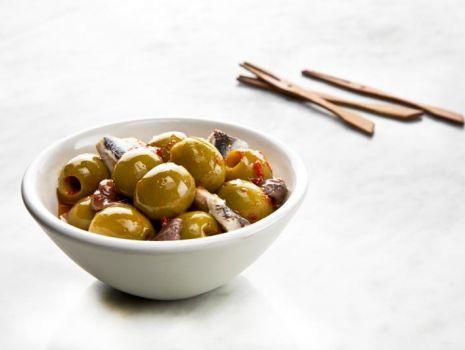 Przepis: Odmieniony śledzik z dodatkiem hiszpańskich oliwek
