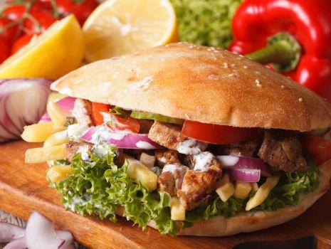 Przepis: Domowy kebab z sosem czosnkowym