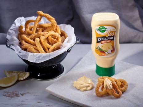 Przepis: Kalmary panierowane z sosem cebulowo-serowym