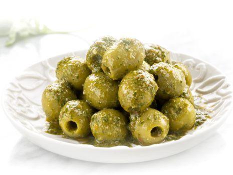 Przepis: Zielone hiszpańskie oliwki z pesto z rukoli, anchois i suszonych pomidorów