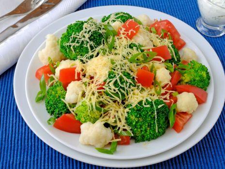 Przepis: Lekka sałatka brokułowa, z kalafiorem, pomidorem i serem żółtym