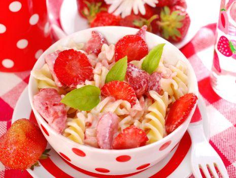 Przepis: Makaron z truskawkami i ze śmietaną