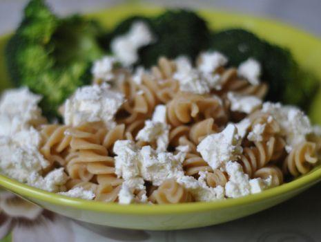 Przepis: Makaron pełnoziarnisty z brokułami.