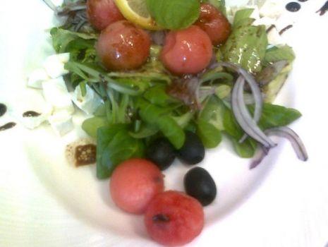 Przepis: Mix sałat z arbuzem i serem fetą