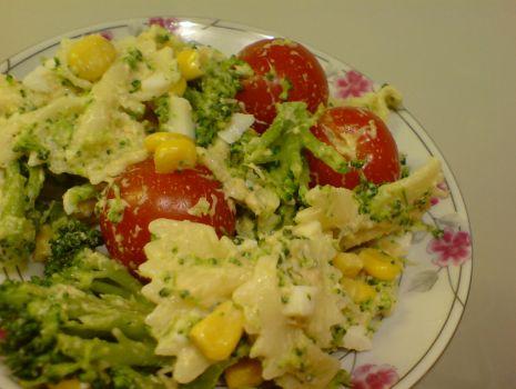 Przepis: Sałatka makaronowa z łososiem i pomidorkami