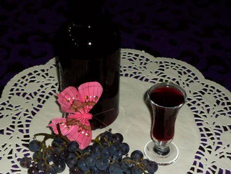 Przepis: Likier z ciemnych winogron