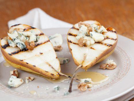 Przepis: Grillowane gruszki z sosem serowym
