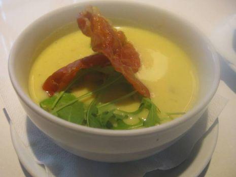 Przepis: Zupa z serków topionych z prażonymi migdałami