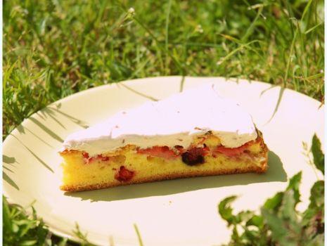 Przepis: Ciasto z owocami i malinową polewą mascarpone
