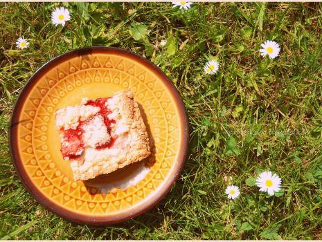 Przepis: krucho-maślane ciasto z rabarbarem i truskawkami