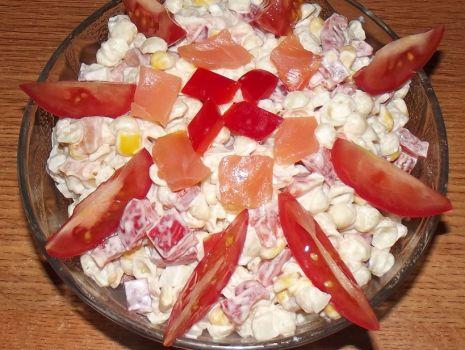 Przepis: Szybka sałatka z wędzonym łososiem