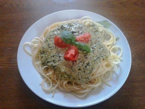 Przepis: Makaron Spaghetti z sosem szpinakowym z dodatkiem bazylii