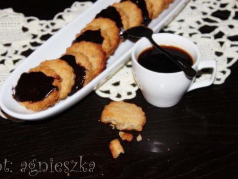 Przepis: ciasteczka maślane z orzechami i czekoladą