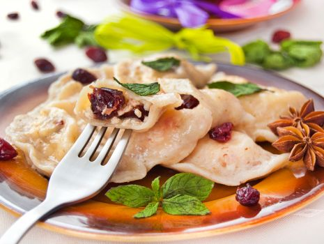 Przepis: Pierożki żurawinowe z twarogiem, serem białym typu włoskiego, żurawiną
