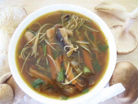 Przepis: Zupa w stylu chińskim z grzybami shitake i boczniakami
