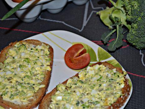 Przepis: Pasta jajeczna z brokułami