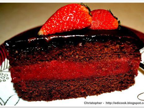 Przepis: Czekoladowe ciasto z truskawkowym musem.