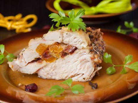 Przepis: Filet z kurczaka faszerowany morelami, żurawiną i daktylami