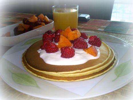 Przepis: Pancakes z jogurtem naturalnym, malinami i morelą