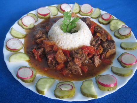 Przepis: Wołowina na winie z warzywami i ryżem