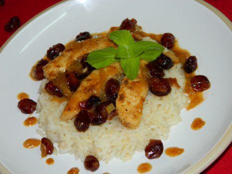 Przepis: Filet z kurczaka z żurawiną   w winno miodowym sosie