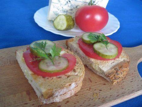 Przepis: Tosty z gorgonzolą, czosnkiem i warzywami