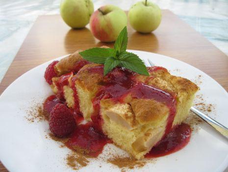 Przepis: Ucieraniec jabłkowy z sosem malinowym i cynamonem