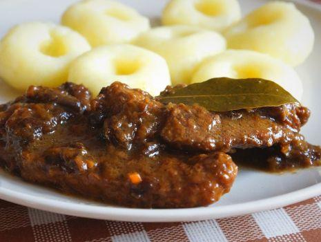 Przepis: Aromatyczna karkówka w sosie śliwkowo-cynamonowym