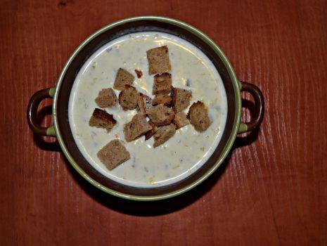 Przepis: Zupa serowo-porowa z grzankami