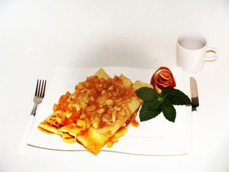 Przepis: Herbaciane naleśniki z karmelizowanymi jabłkami i nutką cytryny